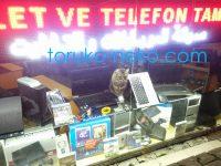 どんなパソコンを買うべきか。イスタンブールのお店ではPCの上に猫が座っている。