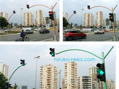 トルコ アダナで、ポールの色が、信号機の色に応じて変化している面白い画像 写真
