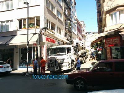 elephant イスタンブールの大通りで、水道掃除用の特殊車両が水道管を掃除しているところの画像 写真