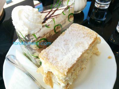 ハンガリーのケーキ クレミシュの画像 お皿にクレミシュというケーキと別のケーキがひとつずつ乗っている写真 画像