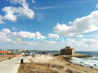 キプロス島の パフォス城を浜辺から見た写真 画像