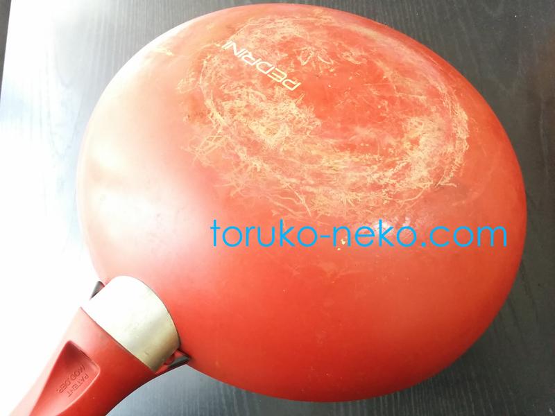赤いフライパンの裏側 外側 フライパン 洗い方 鍋 テフロン加工 ふっ素樹脂加工 鉄鍋 重要ポイント コツ
