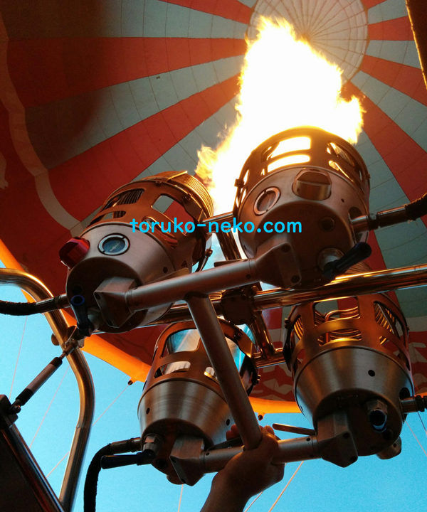 カッパドキアの気球のバーナーに点火して、いざ出発